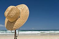 Australia, New South Wales, Byron Bay, Broken Head nature reserve, straw hat on stick on beach - SHF001371