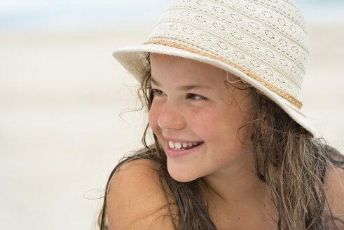 Australia, New South Wales, Pottsville, smiling girl wearing summer hat - SHF001395