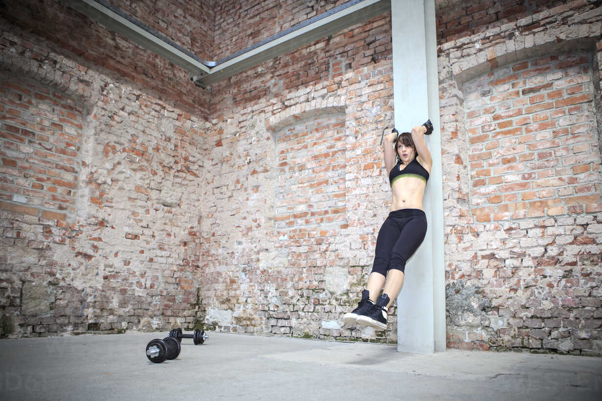 Young woman doing workouts in a gym - VTF000274 - Val Thoermer/Westend61
