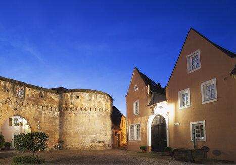 Germany, Rhineland-Palatinate, Freinsheim, Eisentor gate and old houses - GWF002872