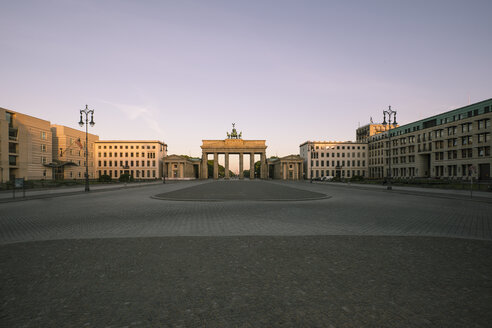 Germany, Berlin, Berlin-Mitte, View to Brandenburger Tor in the morning - ZMF000290