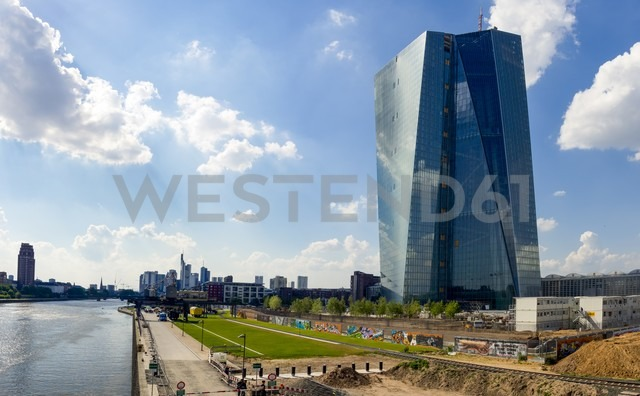Germany, Hesse, Frankfurt, view to new building of European Central Bank and skyline - AMF002292