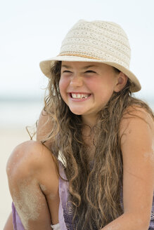 Australia, New South Wales, Pottsville, smiling girl on the beach - SHF001405