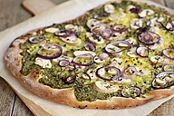 Rucola and basil pesto pizza with mushrooms and vegan cheese - HAWF000264