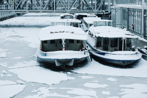 Germany, Hamburg, barges in winter at Niederhafen - MEM000167