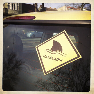 Shark alarm sticker on a car. Berlin, Germany. - ZMF000292