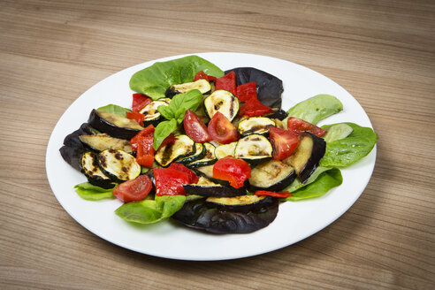Leaf salad with cocktail tomatos, grilled zucchini and eggplant - SKF001520