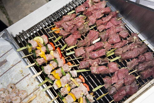 Barbecue skewers on grill - SKF001524