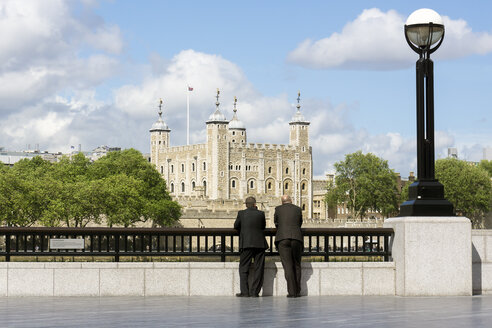Great Britain, England, London, Two men looking to Tower of London, White Tower - WE000147