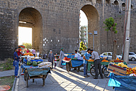 Turkey, Diyarbakir, fruit dealers in front of town gate - SIE005444