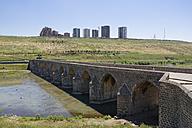 Turkey, Diyarbakir, view to Tigris bridge and satellite town at the horizon - SIEF005460