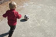 Baby boy playing soccer - MUF001514