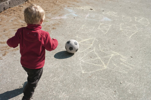 Baby boy playing soccer - MUF001514