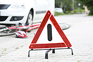 Warning triangle in front of crash scene - MAE008503
