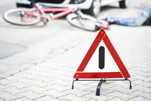 Warning triangle in front of crash scene - MAEF008504