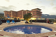 Spain, Canary Islands, La Palma, swimming pool with hotel in the background - SEF000742
