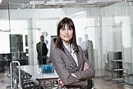 Germany, Munich, Businesswoman in office - RBYF000617