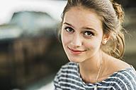 Portrait of smiling teenage girl - UUF001021