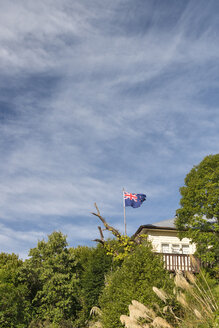 New Zealand, Nelson, villa with New Zealand flag on the hills - SHF001426