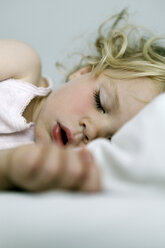 Germany, Berlin, blond girl sleeping - SAF000012