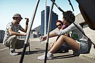 Friends playing urban golf - VVF000106