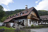 Germany, Baden-Wuerttemberg, traditional farmhouse at Black Forest - ZC000083