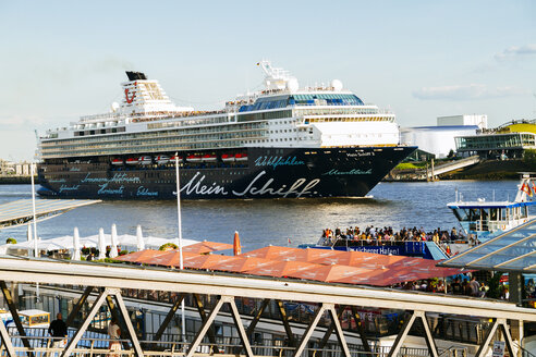 Germany, Hamburg, Port of Hamburg, Cruise ship Mein Schiff 2 of TUI Cruises near St. Pauli landing stages - KRP000563