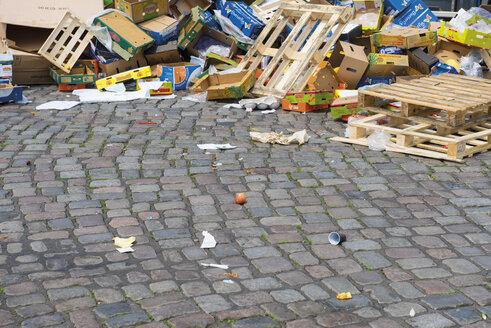 Germany, Hamburg, rubbish at fish market - VI000294