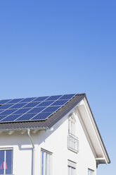 Germany, Cologne Widdersdorf, solar panels on roof of residential building - GWF003576