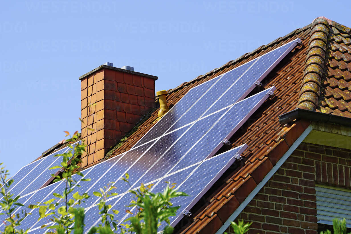 Germany, North Rhine-Westphalia, Minden, Roof with photovoltaic installation - HOHF000901 - Fotomaschinist/Westend61