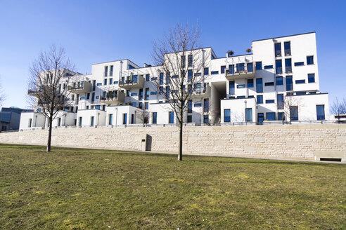 Germany, Hesse, Frankfurt Riedberg, view to modern multi-family house - JWAF000121