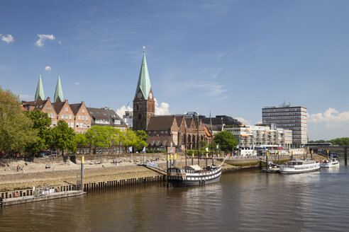 Germany, Bremen, view to boardwalk Schlachte, Saint Martin's Church and Martini landing pier - WIF000856