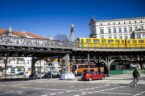 Germany, Berlin, Kreuzberg, view to crossroad with elevated railway in the background - BIG000016