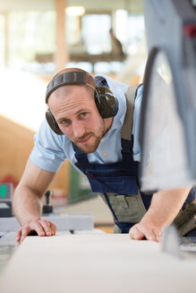 Craftsman working at circular saw - FKCF000054