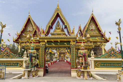 Thailand, Samut Sakhon, entrance gate of Wat Lang San Prasi with two temple guardians - ZC000124