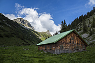 Austria, Tyrol, Allgaeu High Alps, Nature Reserve Hoher Ifen, Mahd Valley, Torkopf Mountain, Mountain hut - STS000422