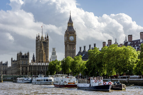 United Kingdom, England, London, Westminster View from Themse river to Palace of Westminster with Victoria  Tower and Elizabeth Tower, Excursion boats in the foreground - WEF000168