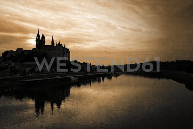 Germany, Saxony, Meissen, view to Elbe river with Albrechtsburg and Meissen Cathedral in the background - ELF001114 - Markus Keller/Westend61