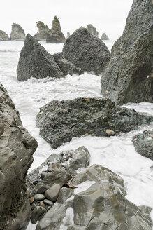 New Zealand, South Island, Barrytown, splashing waves on exposed rocks - SHF001561