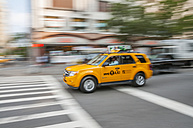 USA, New Yorck City, Manhattan, yellow cab on the move - WG000329