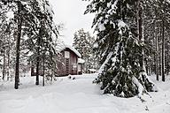 Scandinavia, Finland, Kittilaentie, Empty wooden hut in the forest in winter - SR000604