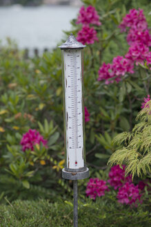 Germany, Bavaria, Rottach-Egern, outdoor thermometer - HLF000619