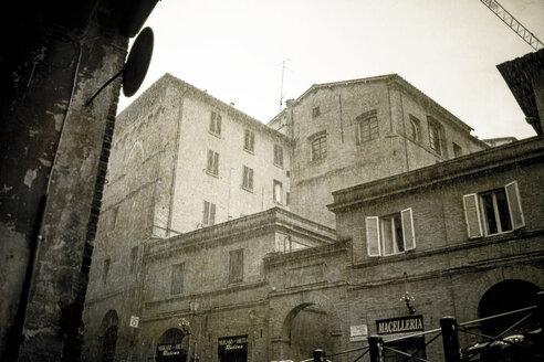Italy, Tuscany, Siena, view to facades on a rainy day - SBD000944