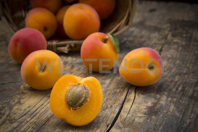 Sliced and whole apricots on wood - LVF001534