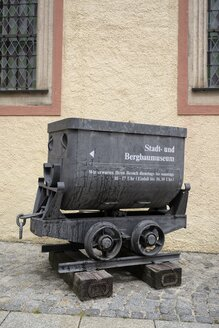 Germany, Saxony, Freiberg, Tipper wagon in front of Mining Museum - EL001160