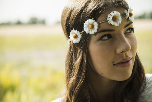 Portrait of young woman wearing floral wreath - UUF001234