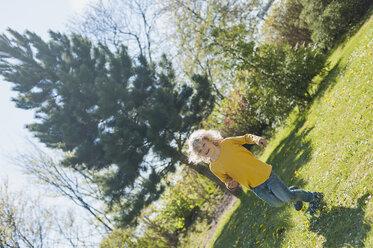 Boy running in garden - MJF001308