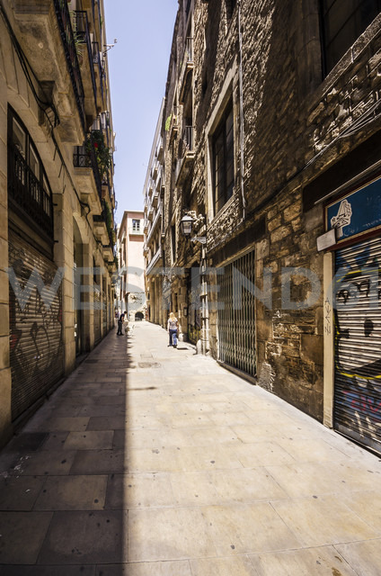 Spain, Barcelona, Barri Gotic, typical alleyway - THAF000582