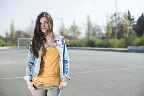 Brunette young woman outdoors - FEXF000112