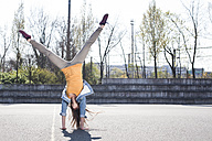 Young woman doing a handstand - FEXF000115